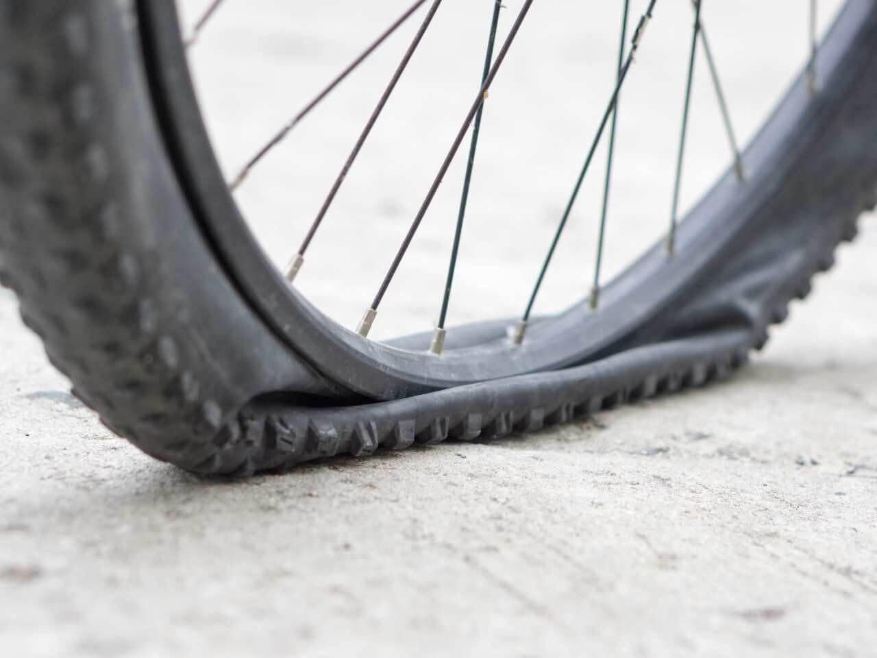 Fahrradschlauch wechseln bei einem Fahrradplatten