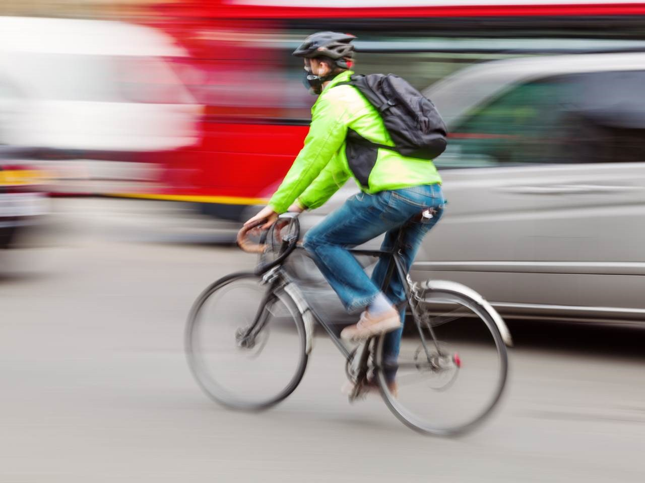 radfahrer-im-strassenverkehr