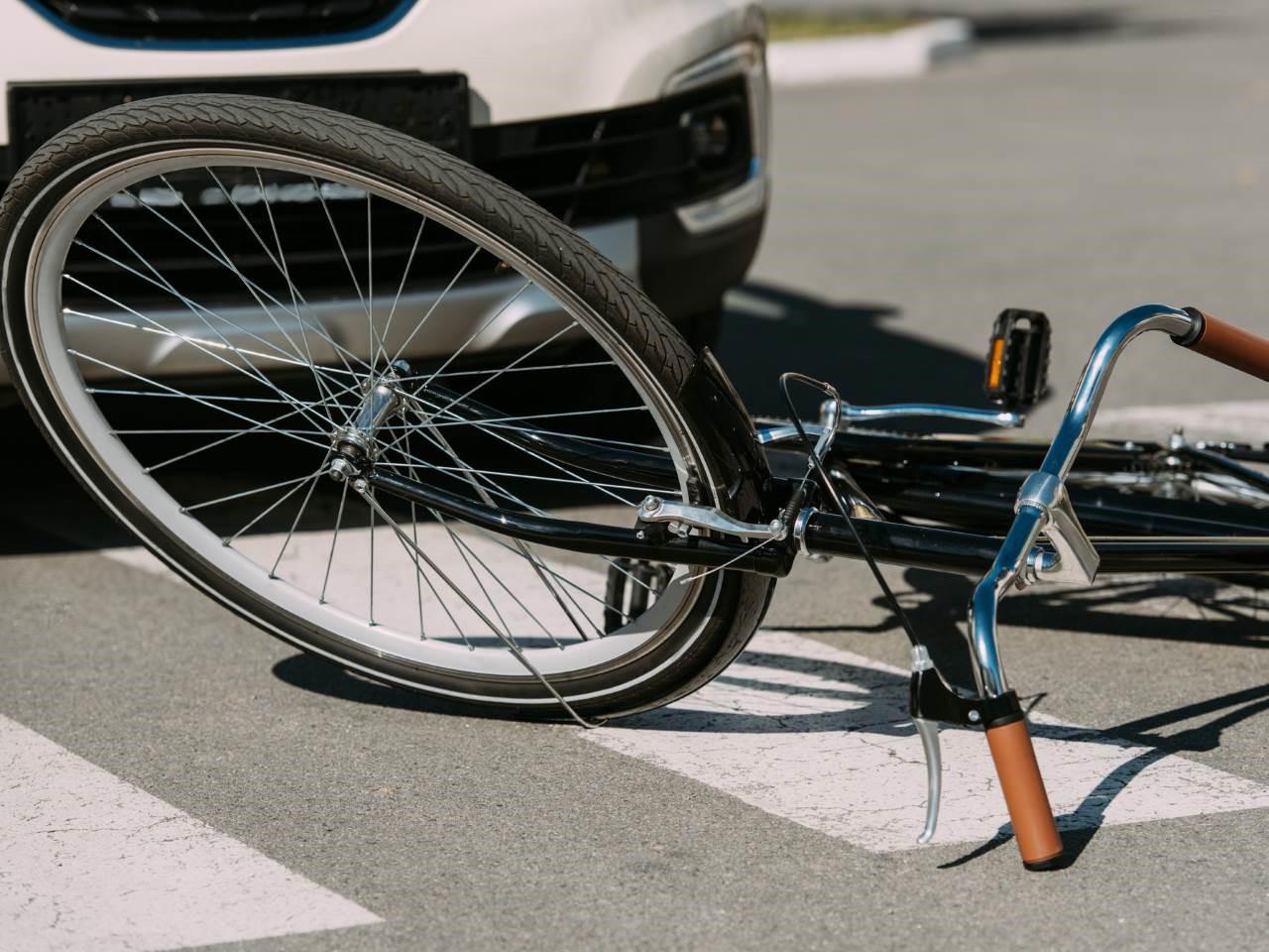 fahrrad-liegt-nach-unfall-am-boden