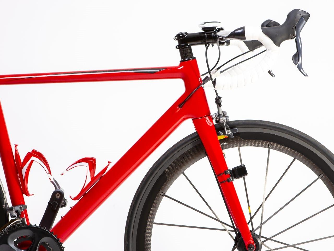 rotes-rennrad-mit-carbon-laufradsatz