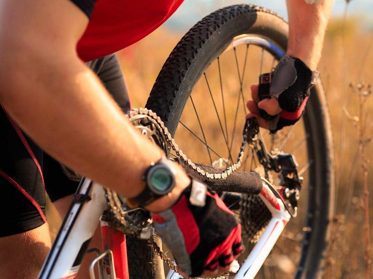 radfahrer-muss-fahrradkette-wechseln
